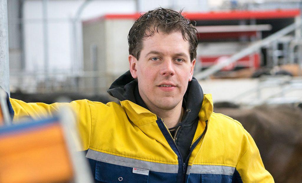 Boer Klaas Pieter Mulder in stal